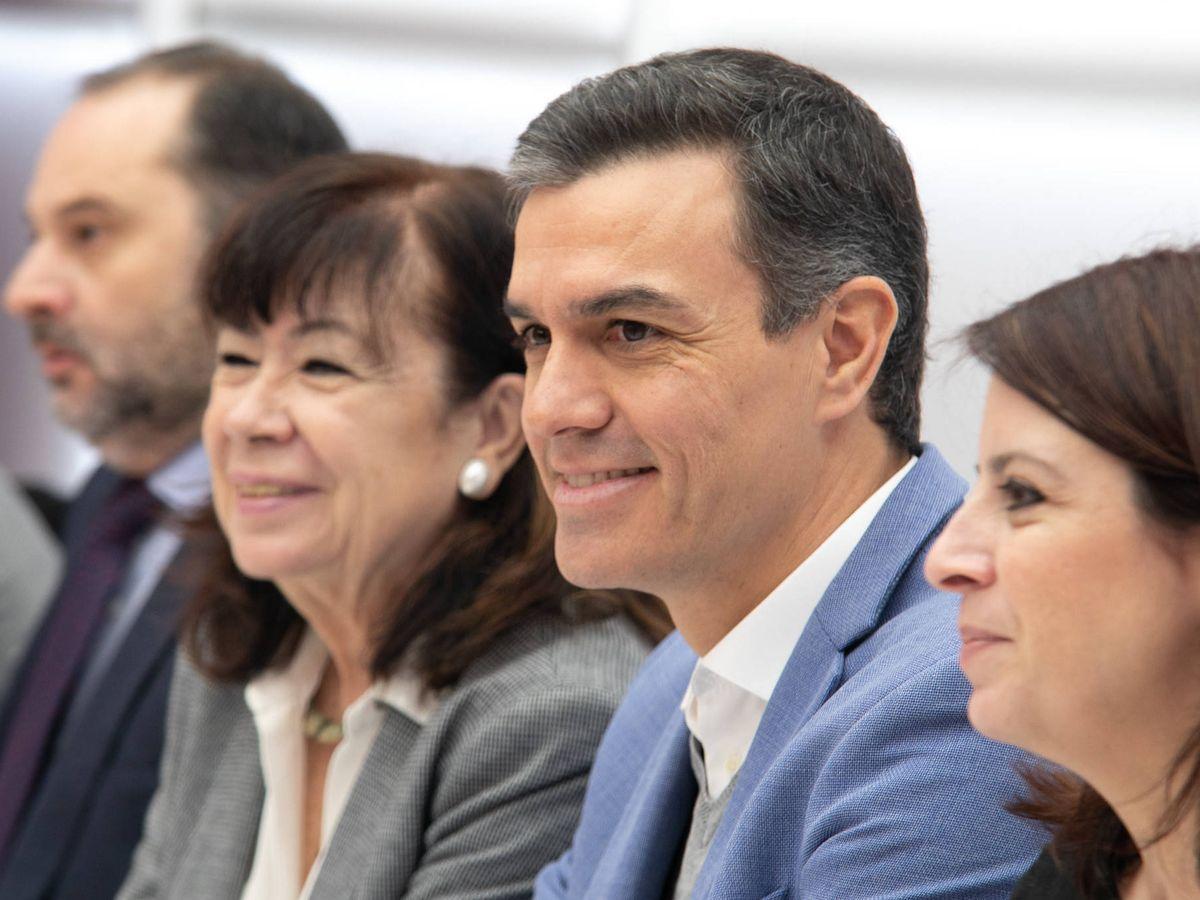 Foto: Pedro Sánchez, flanqueado por José Luis Ábalos, Cristina Narbona y Adriana Lastra, este 3 de enero en la ejecutiva del PSOE. (Eva Ercolanese   PSOE)