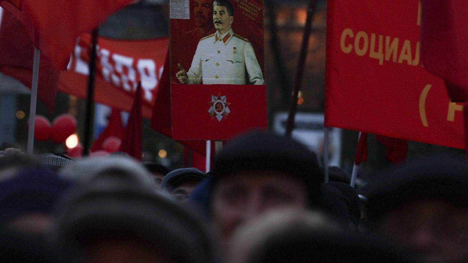 Foto: Miembros del partido comunista sujetan carteles con la foto de Stalin durante la celebración del niversario de la Gran Revolución Socialista de Octubre. (EFE)
