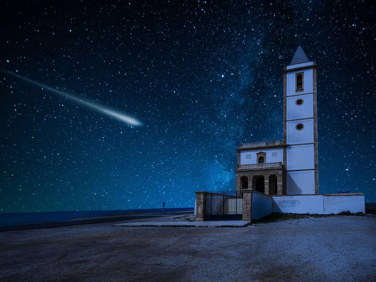 Foto: Los meteoros de las perseidas, vistos desde el pueblo de La Almadraba de Monteleva, en Almería. (iStock)