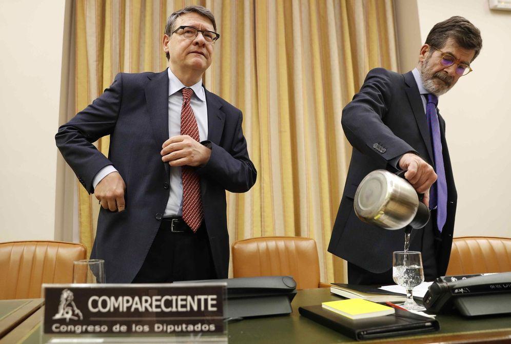 Foto: El exministro Jordi Sevilla, con el presidente de la comisión territorial del Congreso, el socialista José Enrique Serrano, este 24 de enero. (EFE)