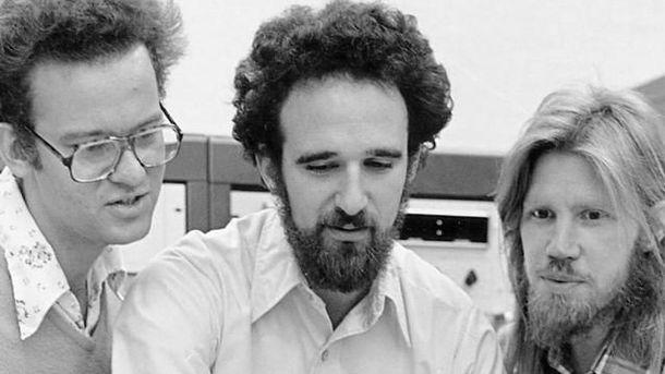Foto: Martin E. Hellman (centro) y Whitfield Diffie (derecha), ganadores del Premio Turing