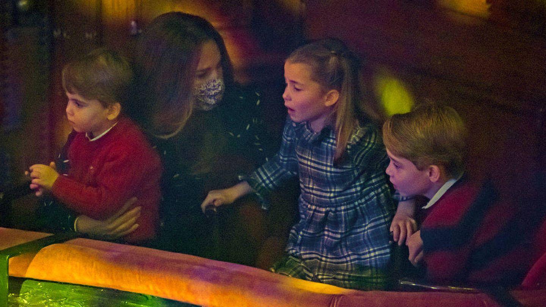 Kate Middleton junto a sus hijos en el palco del teatro. (Getty)
