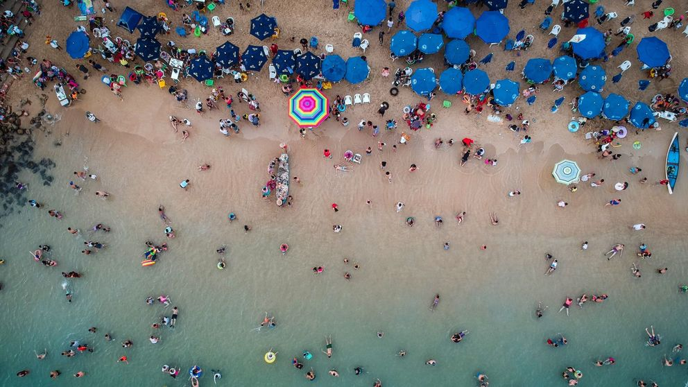México investiga un vertido en la Bahía de Acapulco que dejó el mar negro