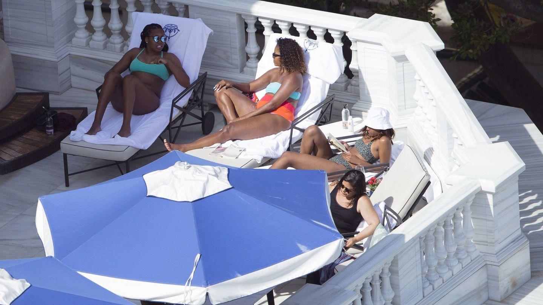 Michelle Obama, junto a sus hijas en Marbella. (EFE)
