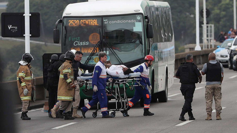 Una rehén se desmayó al abandonar el autobús (EFE)
