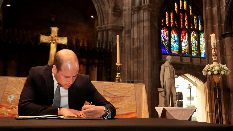 El príncipe Guillermo en la catedral de Manchester durante un acto oficial. (Gtres)