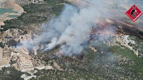 Un incendio forestal en Monover (Alicante) obliga a desalojar La Romaneta