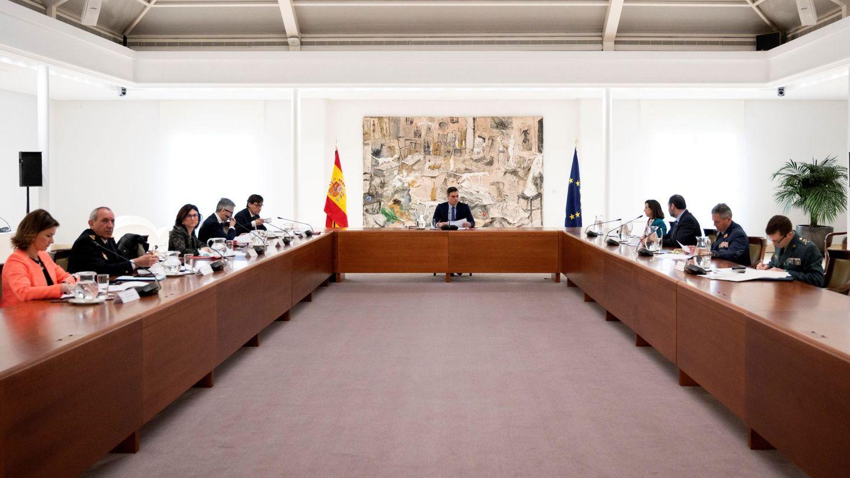 Fotografía facilitada por la Moncloa que muestra al presidente, Pedro Sánchez, durante la reunión del comité de gestión técnica del coronavirus en el Palacio de la Moncloa este 30 de marzo. (EFE)