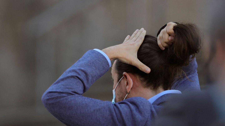 Iglesias, recogiéndose el cabello en un moño. (EFE)
