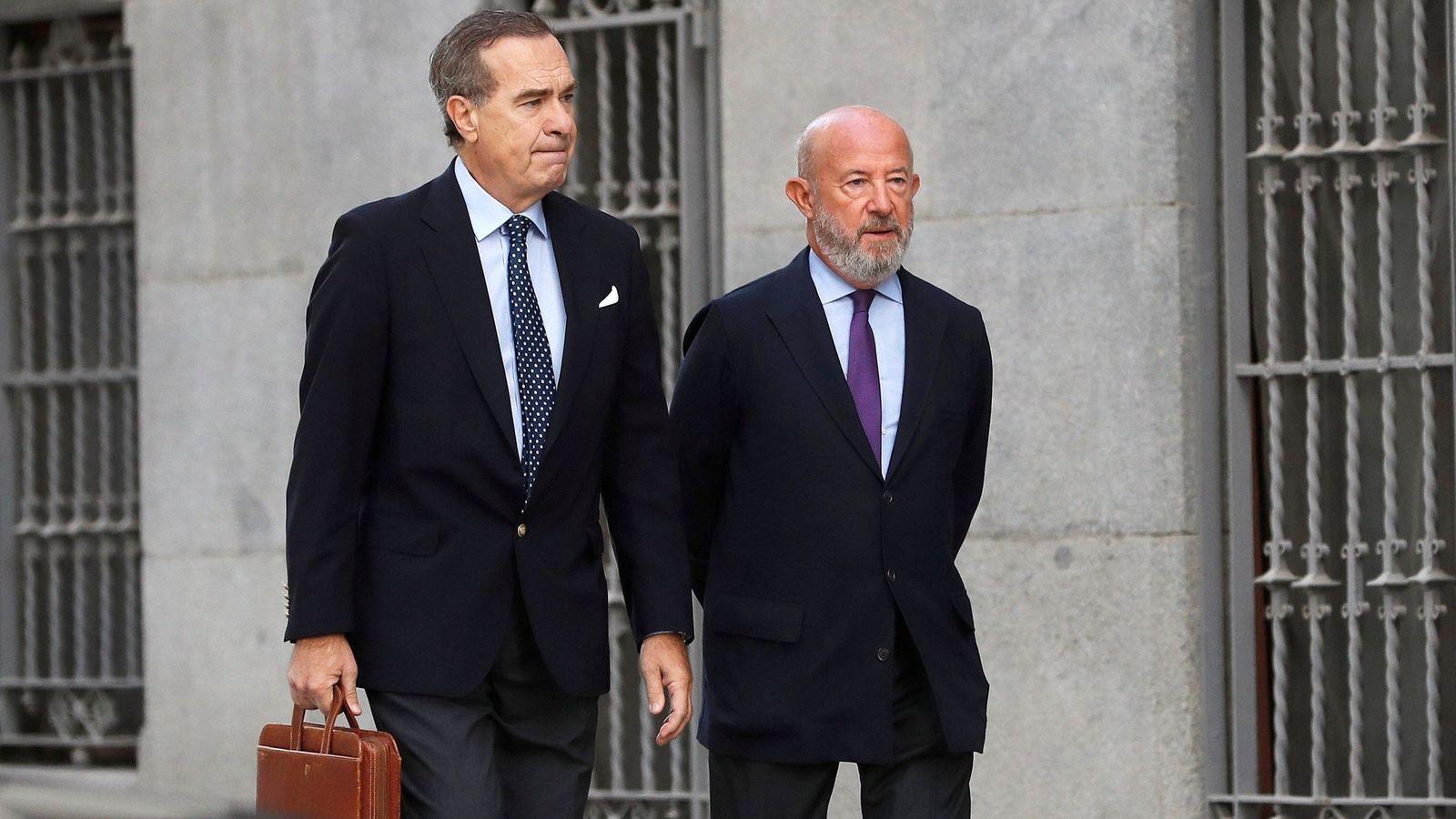 Foto: Emilio Saracho (d), expresidente del Popular, junto a su abogado, José María Alonso. (EFE)