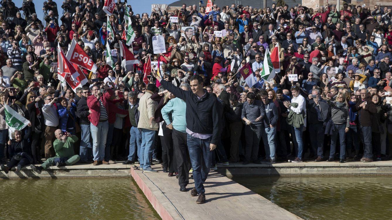 Foto: Pedro Sánchez, saludando a los militantes a su llegada al Parque Tecnológico de Dos Hermanas, este 28 de enero. (EFE)