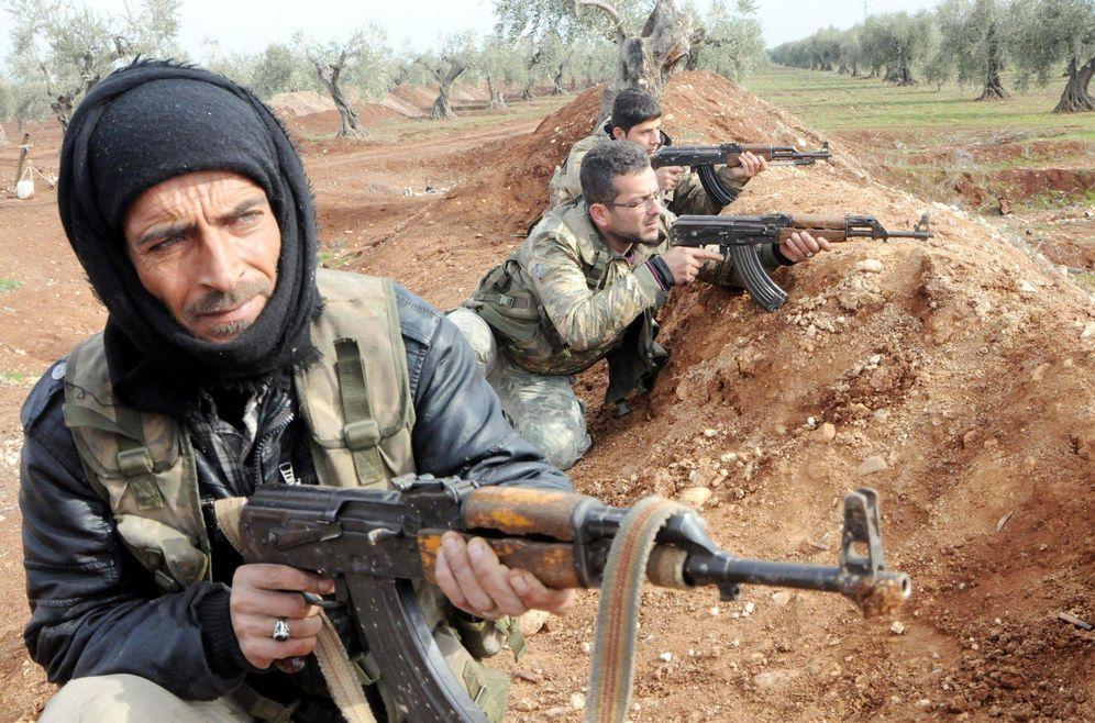 Foto: Combatientes del Ejército Libre Sirio respaldado por Turquía, durante un enfrentamiento en Azaz, en la frontera norte del país, en enero de 2018. (Reuters)
