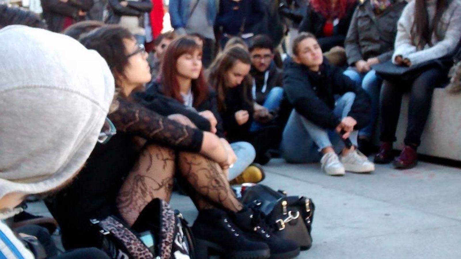 Foto: Clase de filosofía en la calle en protesta contra la Lomce