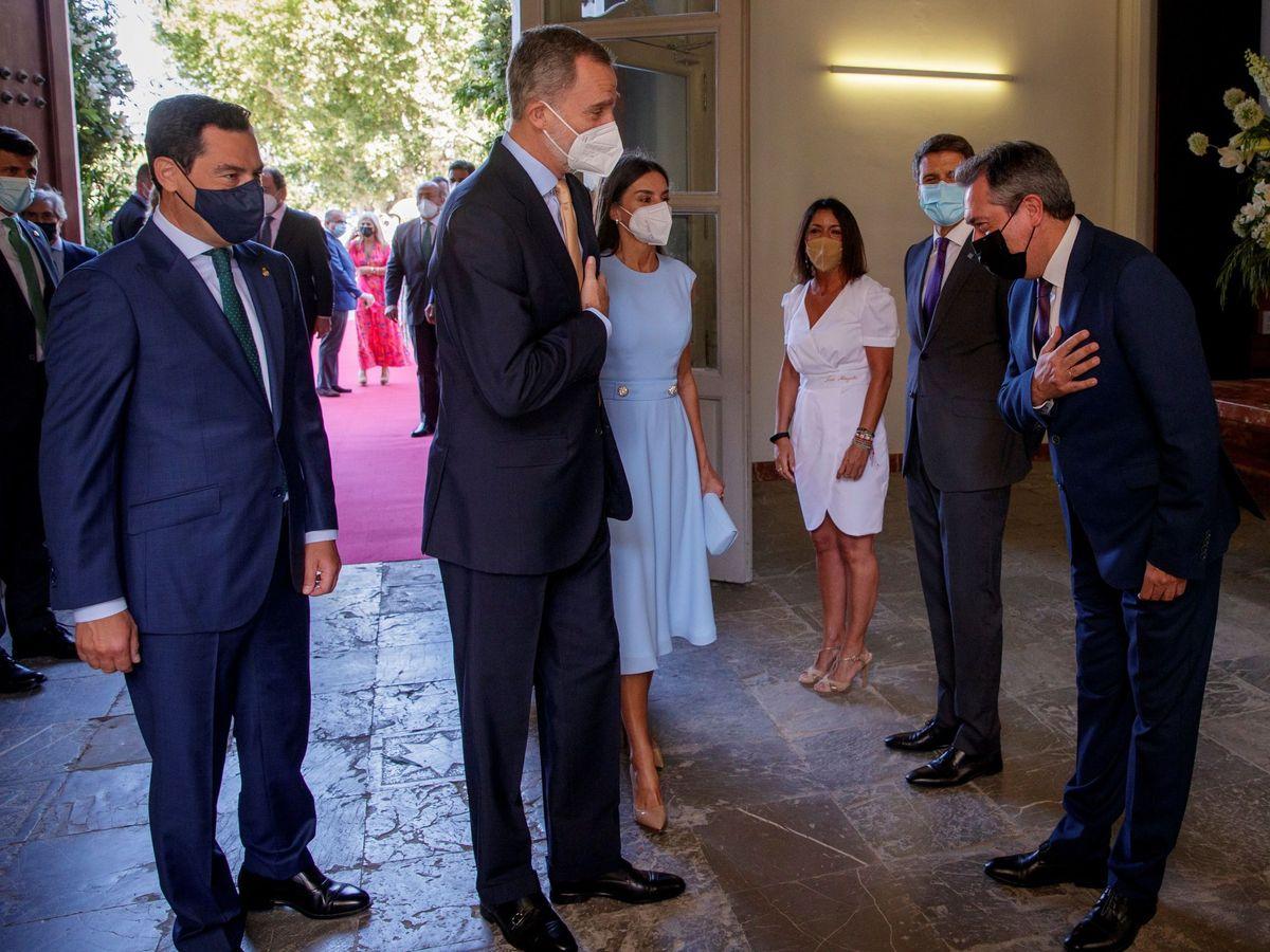 Foto: Felipe VI, entre Juanma Moreno y Juan Espadas. (EFE)