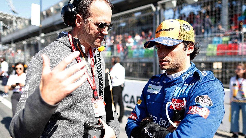 Sainz, charlando con su ingeniero antes del GP de AzerbaIyán la temporada pasada. (EFE)