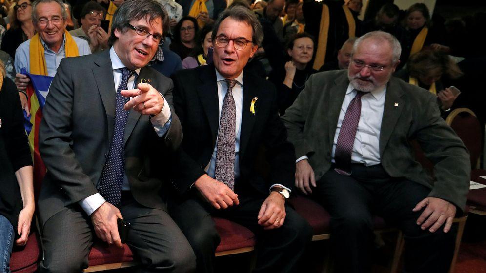 Foto: Los expresidentes de la Generalitat Carles Puigdemont (i) y Artur Mas. (Reuters)