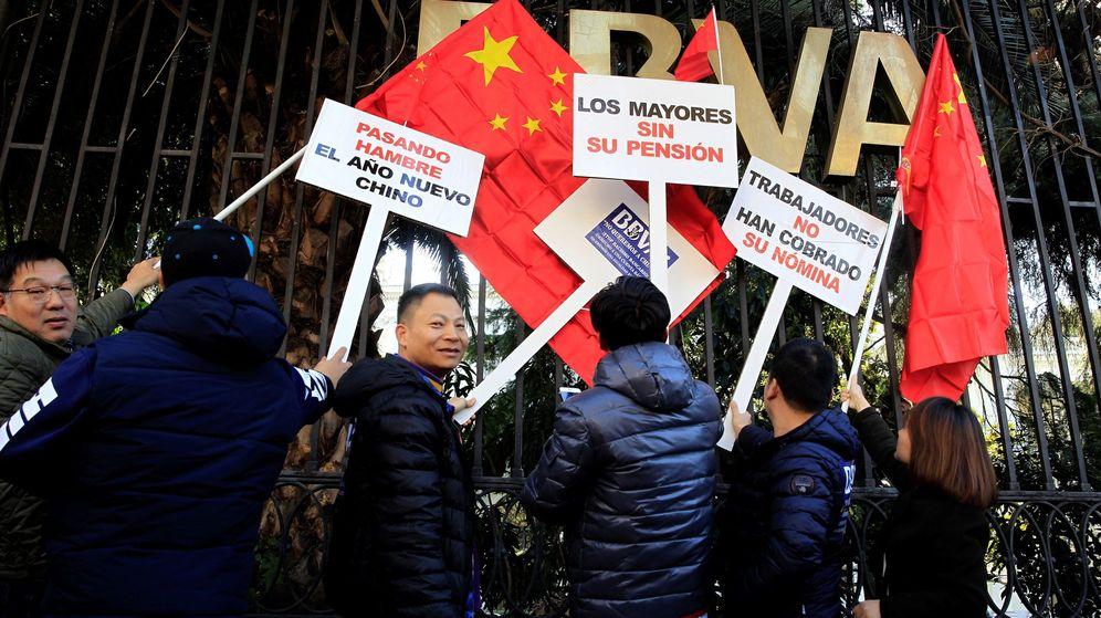 Foto: Manifestación de la comunidad china ante BBVA (Efe)