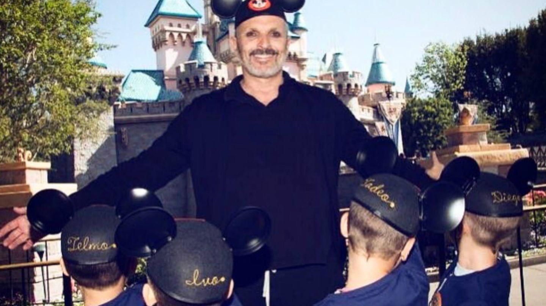 Miguel Bosé con sus hijos en Disneyland en 2017. (INSTAGRAM)