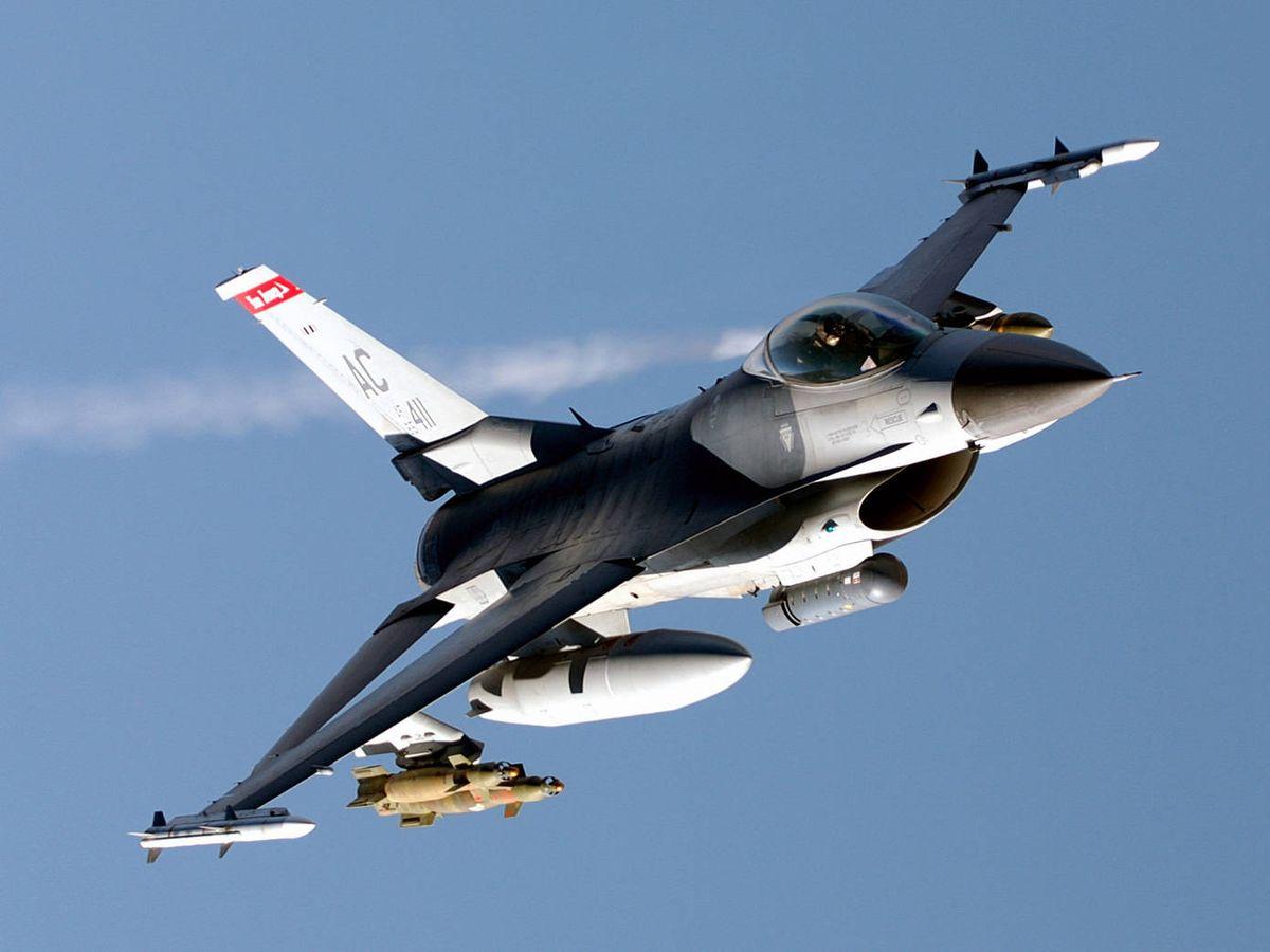 Foto: Un F-16 sobrevolando el cielo de Irak. (USAF)