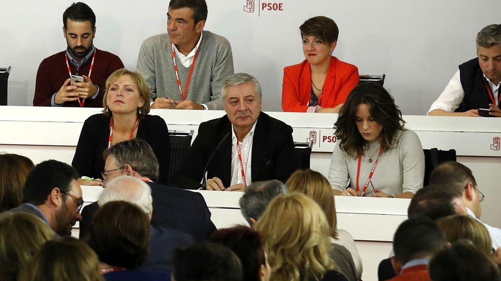 Foto: José Blanco, presidente de la mesa del comité federal, con Carmen Madrid y Mariola López, durante la reunión del comité federal de este 23 de octubre. (EFE)