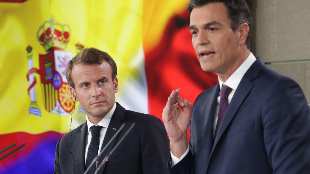 Foto: El presidente del Gobierno, Pedro Sánchez (d), y el presidente de Francia, Emmanuel Macron. (EFE)
