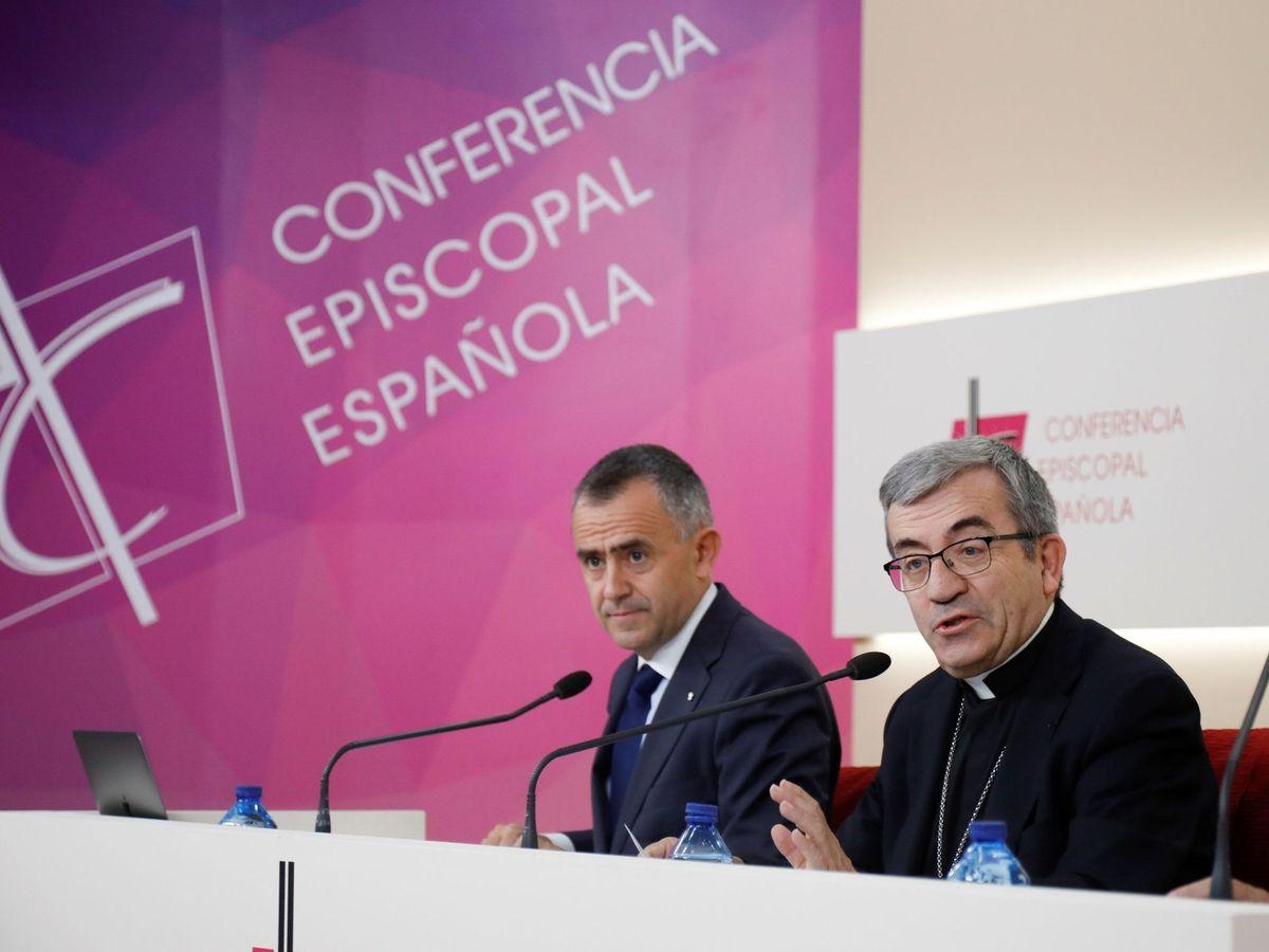 Foto: El secretario general de la Conferencia Episcopal Española (CEE), Luis Argüello, y el vicesecretario para asuntos económicos, Fernando Giménez Barriocanal, durante la comparecencia hoy viernes (EFE)