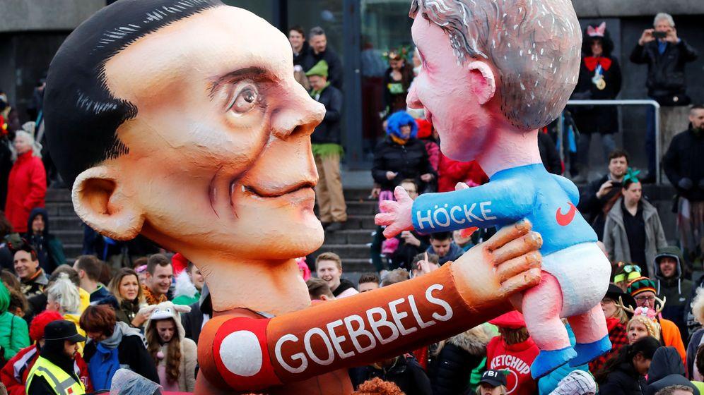 Foto: Una carroza que representa al ministro nazi de propaganda, Goebbels, llevando en brazos a Björn Höcke. (Reuters)
