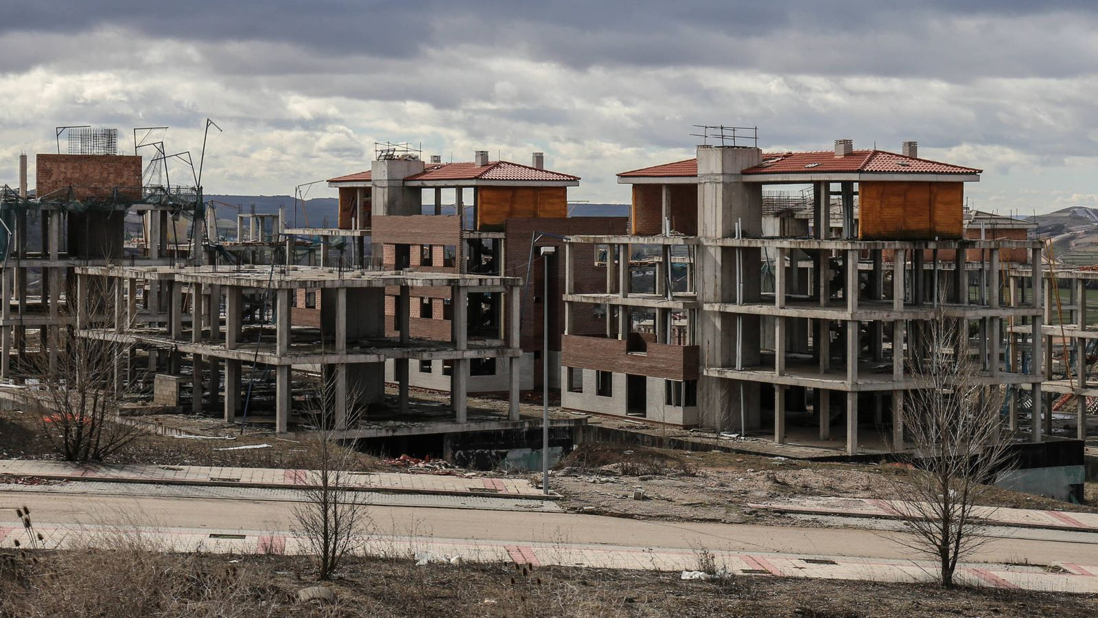 Foto: Promoción inmobiliaria fracasada en mitad de un páramo en Castilla y León. (D.B.)