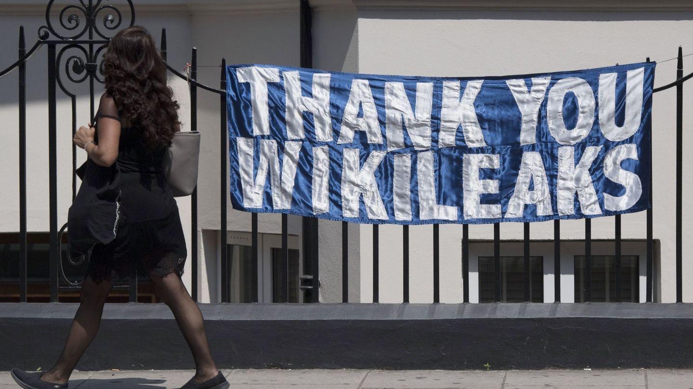 Pancarta en la embajada ecuatoriana en Londres, en junio de 2017. (EFE)
