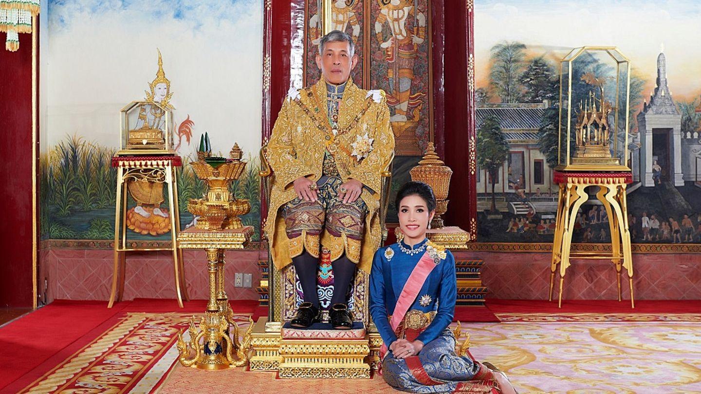 El rey, con su consorte, Sineenat Wongvajirapakdi. (Reuters)