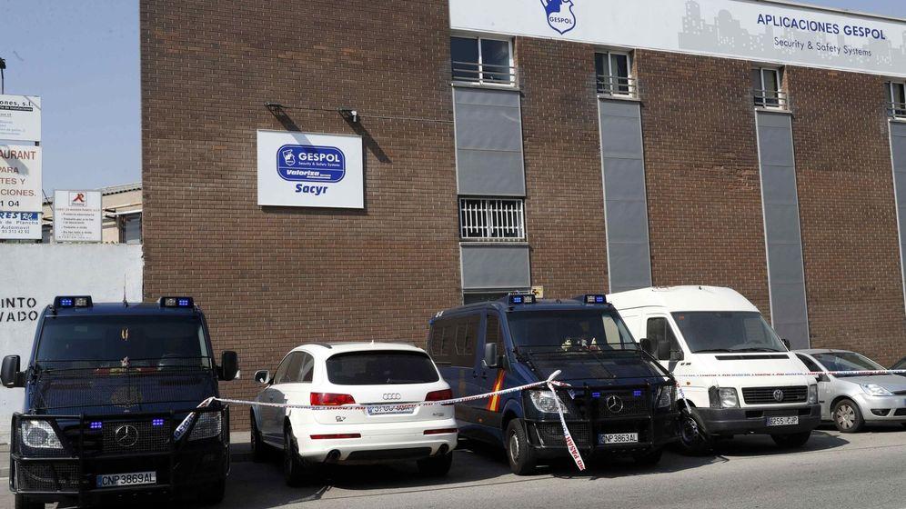 Foto: Vehículos policiales en los registros efectuados esta mañana en la empresa Gespol, una filial de Sacyr. (EFE)