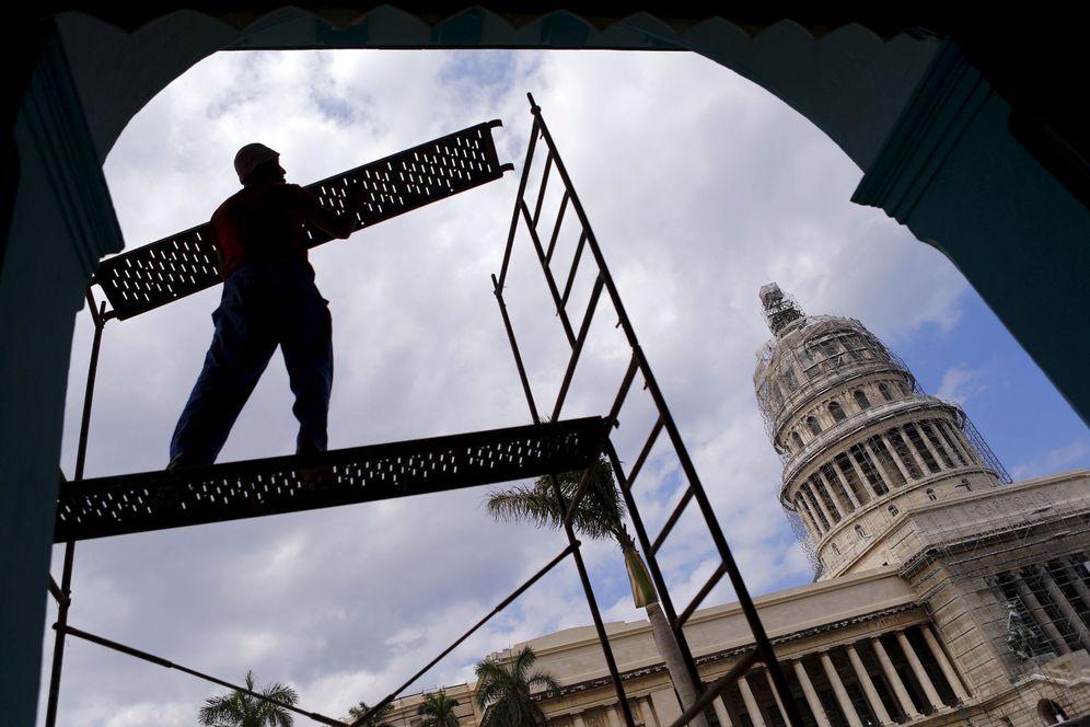 Foto: Un trabajador monta un andamio frente al Capitolio de La Habana, en marzo de 2016 (Reuters)