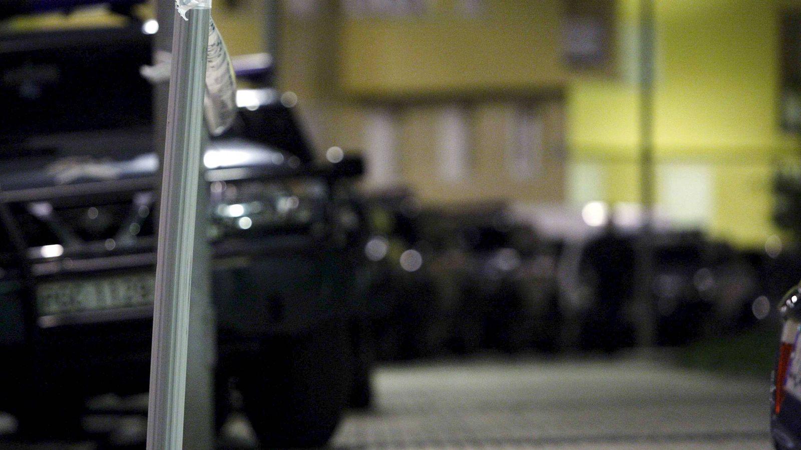 Foto: Agentes de la Guardia Civil registran el domicilio de Aitor Elizarán. (EFE)