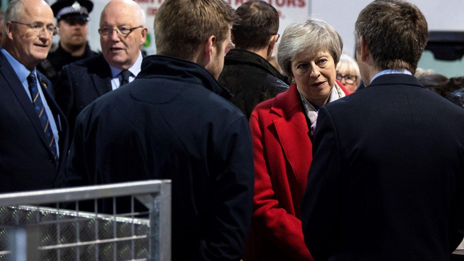 Foto: La primera ministra británica, Theresa May, se reúne con comerciantes en el recinto Royal Welsh de la Feria de Invierno, en Builth Wells. (EFE)
