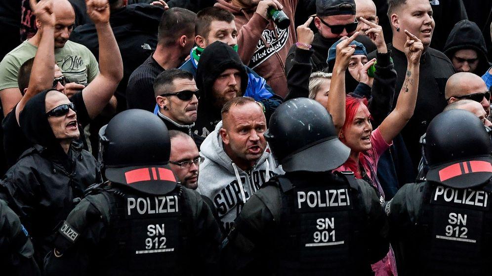 Foto: Manifestantes de derecha hacen gestos hacia la policía antidisturbios durante una manifestación en Chemnitz. (EFE)
