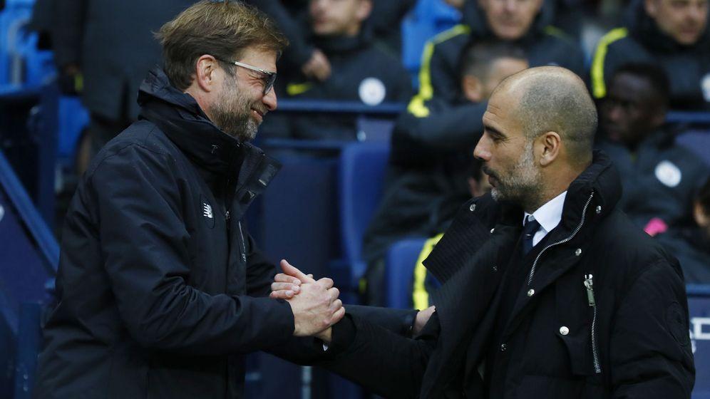 Foto: Jürgen Klopp y Pep Guardiola se saludan ante de un Manchester City-Liverpool. (Reuters)