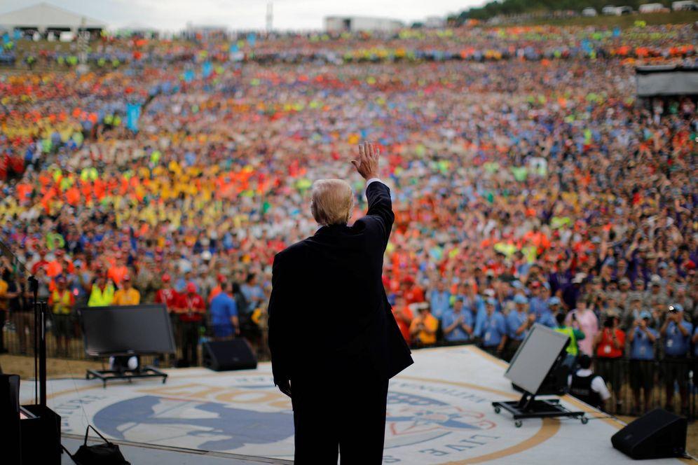 Foto: El presidente Donald Trump saluda al público tras ofrecer un discurso en la Cumbre Bechtel National Scout Reserve, en Virginia Occidental. (Reuters)