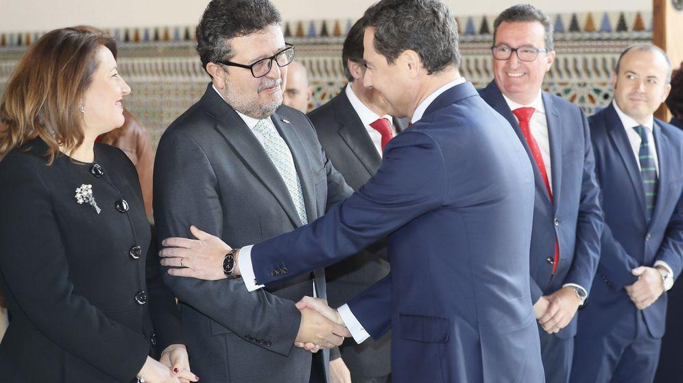 Foto: El presidente electo de la Junta de Andalucía, Juanma Moreno, saluda al líder andaluz de Vox. (EFE)