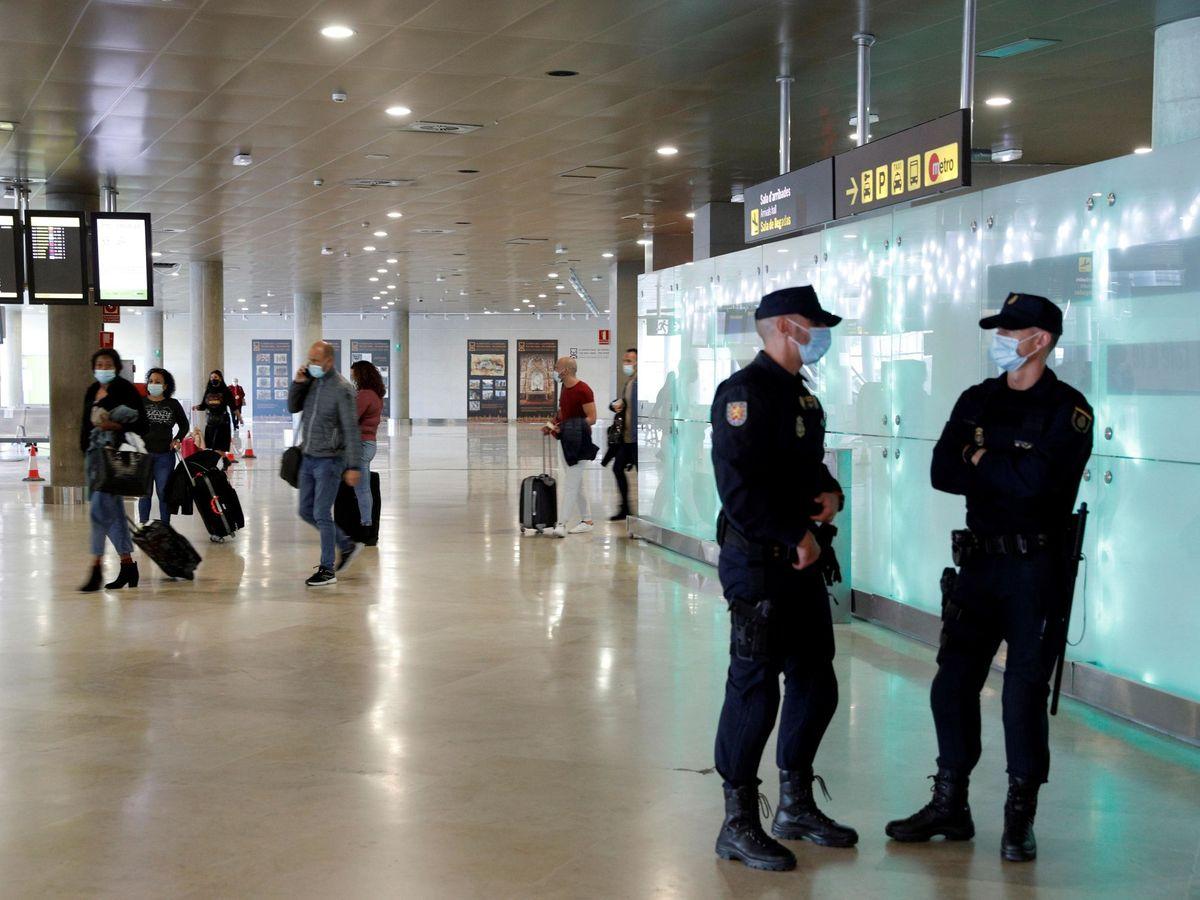 Foto: La mujer fue interceptada en el aeropuerto cuando regresaba a su país (EFE/Manuel Bruque)