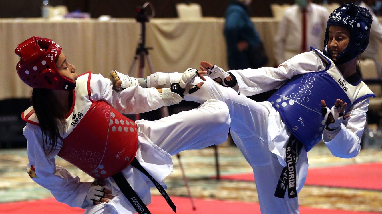 Foto: Adriana Cerezo (izq.) en los campeonatos europeos de Taekwondo de 2020, en los que fue medalla de plata. (EFE)