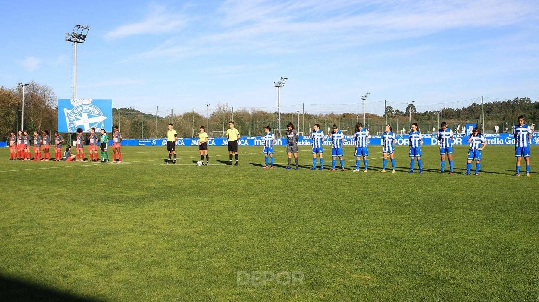 Imagen del minuto de silencio, con Paula sentada en el suelo.  (Deportivo Abanca)