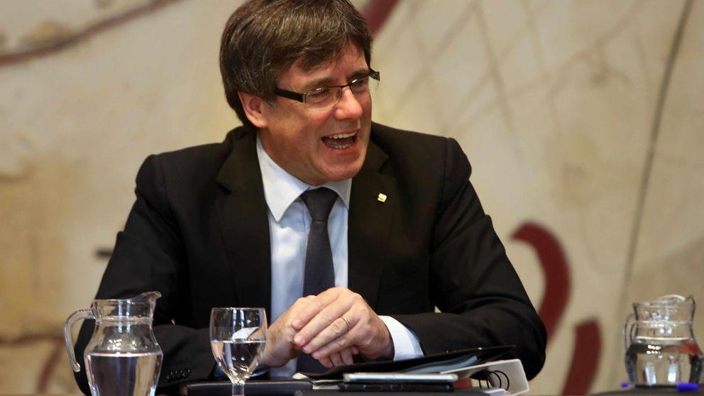 Puigdemont recibe en mano el aviso que le prohibe continuar con el referéndum