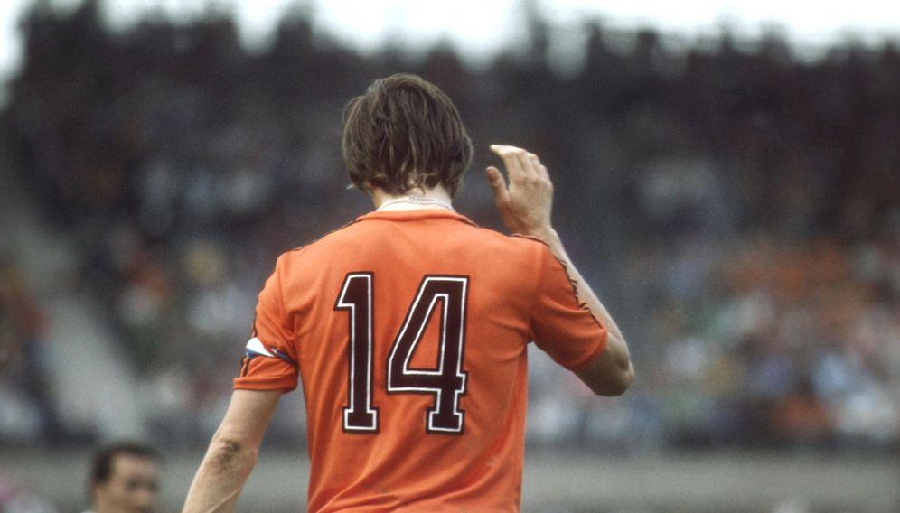 Foto: Johan Cruyff, en la imagen en un partido con la selección de Holanda, hizo suyo el número 14 (Cordon Press)