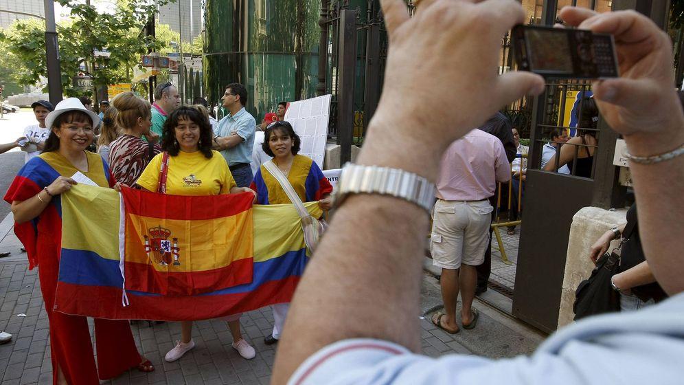 Foto: Colombianos en la embajada de su país en Madrid. (EFE)