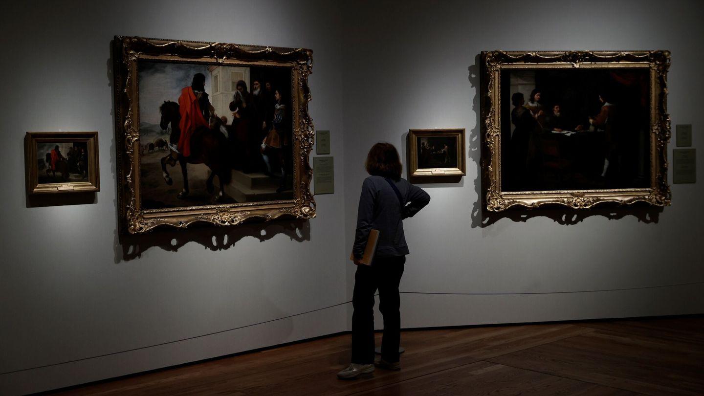 Una mujer observa los cuadros de Murillo 'La despedida del hijo pródigo' (i) y 'El hijo pródigo recoge su legítima'. (EFE)
