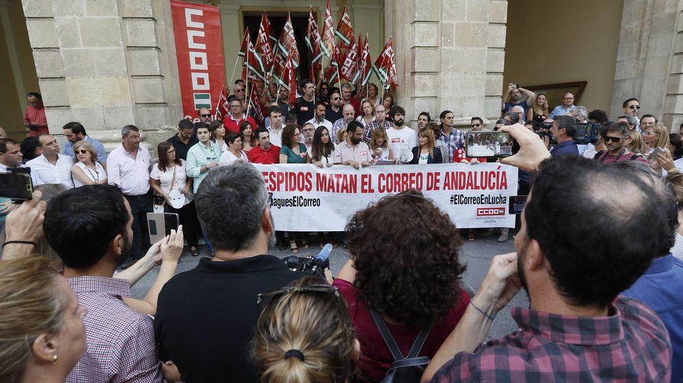 Foto: Unos quinientos periodistas, sindicalistas y representantes de instituciones apoyan a los trabajadores de 'El Correo de Andalucía'. (EFE)