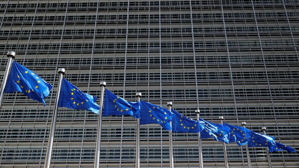 Foto: Banderas de la UE, en la sede de la Comisión Europea, en Bruselas. (Reuters)