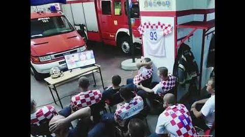 Están viendo el Mundial de fútbol y ocurre una emergencia: así reaccionan unos bomberos croatas