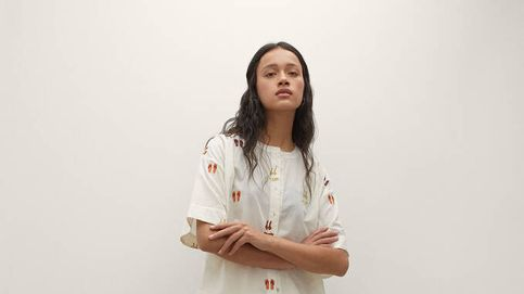Parfois reinventa la camisa blanca con bordados de verano espectaculares