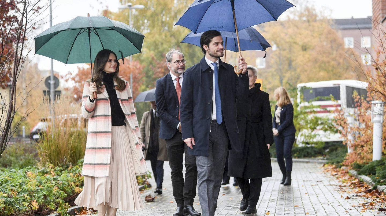 El principe Carlos Felipe y la princesa Sofia de Suecia, a su llegada a un hospital en la provincia de Värmland. (Cordon Press)